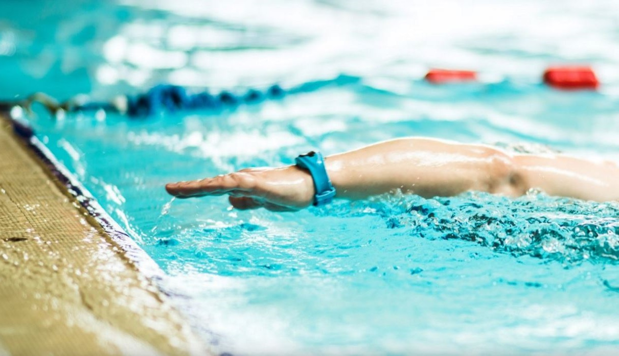 SwimTag - a mans wrist wearing swimtag in swimming pool